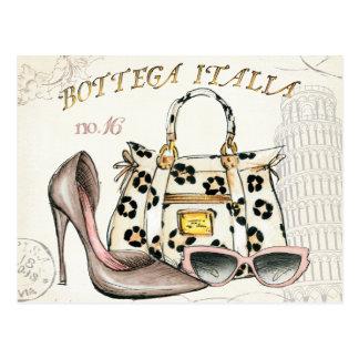 Un zapato, un bolso, y un par de vidrios postales
