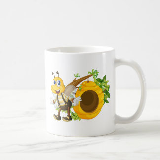 Una abeja amarilla sonriente cerca de la colmena taza básica blanca