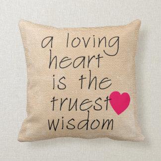 Una almohada cariñosa del corazón con el corazón