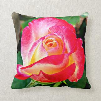 Una almohada color de rosa hermosa