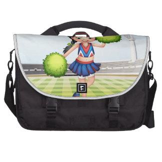 Una animadora en el campo de fútbol bolsas para portátil