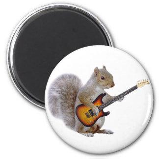 Una ardilla que toca la guitarra imán redondo 5 cm