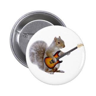 Una ardilla que toca la guitarra pin redondo de 2 pulgadas
