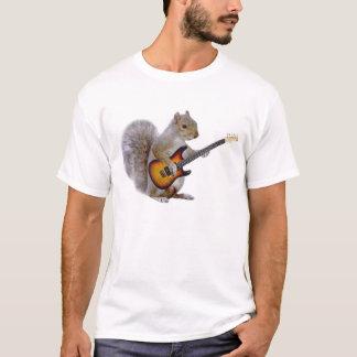 Una ardilla que toca la guitarra playera