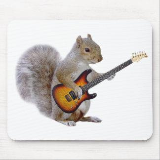 Una ardilla que toca la guitarra tapete de ratón