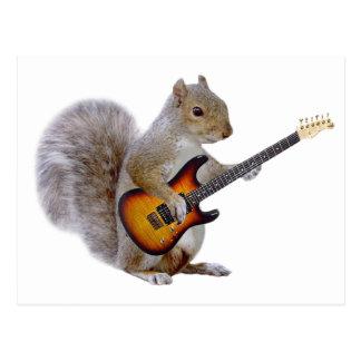 Una ardilla que toca la guitarra postal
