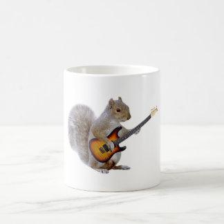 Una ardilla que toca la guitarra taza