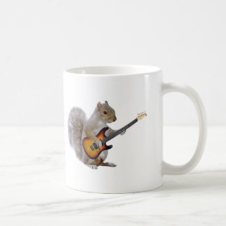 Una ardilla que toca la guitarra taza clásica