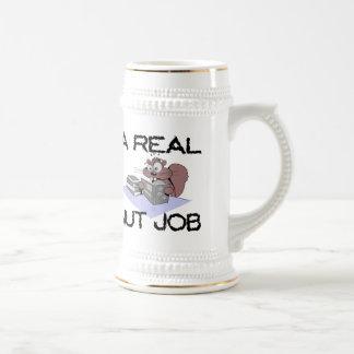 Una ardilla real del trabajo de la nuez taza de café