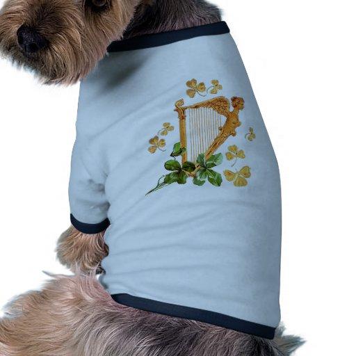 Una arpa irlandesa de oro rodeada por los tréboles camiseta con mangas para perro