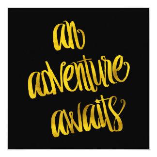 """Una aventura aguarda citas de la hoja del oro de invitación 5.25"""" x 5.25"""""""