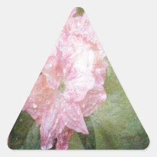 Una azalea rosada soñadora pegatina triangular