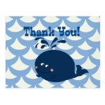 Una ballena de un azul náutico de la cola le agrad tarjetas postales