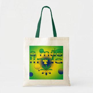 Una bandera de Mãe Linda el Brasil colorea arte po Bolsas De Mano