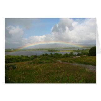 Una bendición irlandesa, arco iris sobre el lago e tarjeta de felicitación