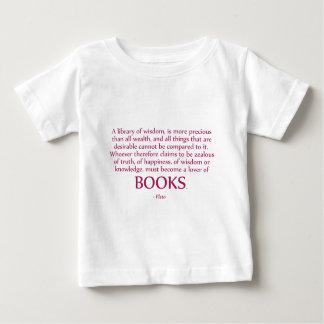 Una biblioteca de la sabiduría es más preciosa remeras