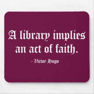 Una biblioteca implica un acto de la fe tapetes de raton