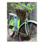 Una bicicleta en el jardín tarjeta postal