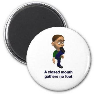 Una boca cerrada no recolecta ningún pie imán redondo 5 cm