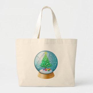 Una bola de cristal con un árbol de navidad bolsa tela grande