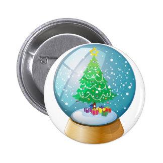 Una bola de cristal con un árbol de navidad pin redondo de 2 pulgadas