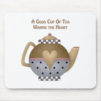 Una buena taza de té calienta el corazón tapetes de ratón