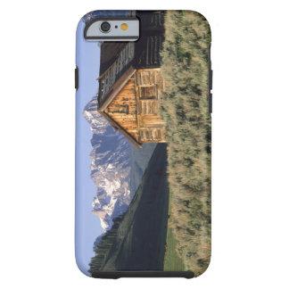 Una cabaña de madera y las montañas del diente de funda de iPhone 6 tough