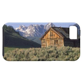 Una cabaña de madera y las montañas del diente de iPhone 5 carcasa