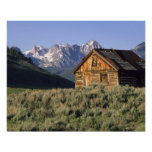 Una cabaña de madera y las montañas del diente de  impresiones