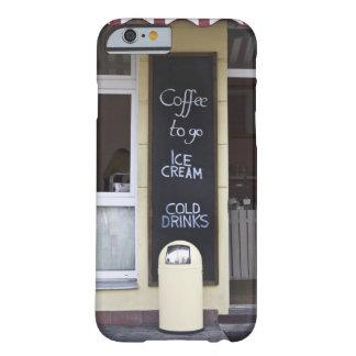 una cafetería con un café a ir muestra funda barely there iPhone 6