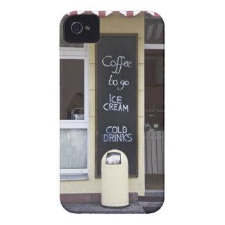 una cafetería con un café a ir muestra funda para iPhone 4 de Case-Mate