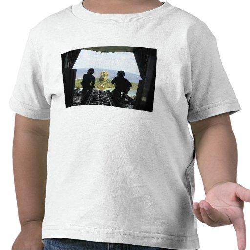 Una caja de mercancías humanitarias camiseta
