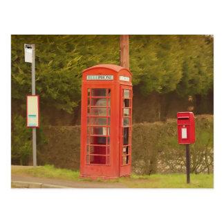 Una caja del poste, una cabina de teléfonos y una  postales