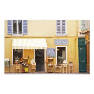 Una calle de mercado en la ciudad vieja con una ti fotografías