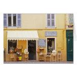 Una calle de mercado en la ciudad vieja con una ti tarjetón