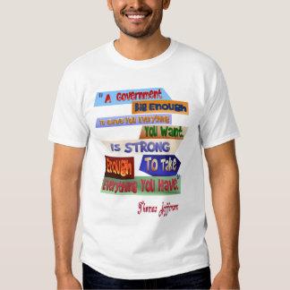 Una camiseta del gobierno bastante grande polera