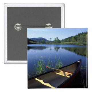 Una canoa descansa sobre la orilla de poca charca  pin cuadrado