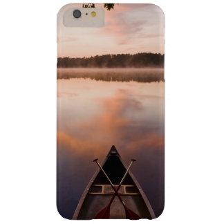 Una canoa descansa sobre la orilla del lago funda de iPhone 6 plus barely there