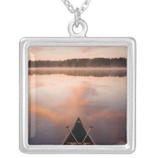 Una canoa descansa sobre la orilla del lago Pawtuc Collar Personalizado