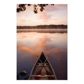 Una canoa descansa sobre la orilla del lago Pawtuc Fotografía