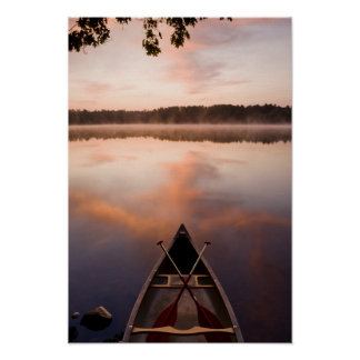 Una canoa descansa sobre la orilla del lago Pawtuc Poster