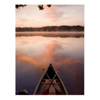 Una canoa descansa sobre la orilla del lago postal