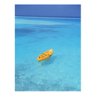 Una canoa en el agua postal