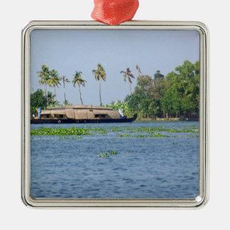Una casa flotante en remansos en Kerala Adorno Cuadrado Plateado