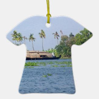 Una casa flotante en remansos en Kerala Adorno De Cerámica En Forma De Camiseta