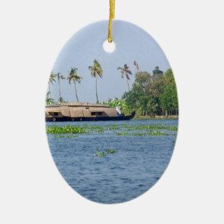 Una casa flotante en remansos en Kerala Adorno Ovalado De Cerámica