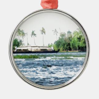 Una casa flotante tradicional en Kerala Adorno Redondo Plateado