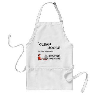 Una casa limpia es la muestra de un ordenador queb delantales