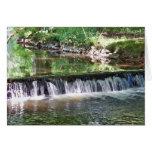 Una cascada apacible del río tarjetón