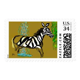 Una cebra contenta por una cascada y las hojas del timbres postales
